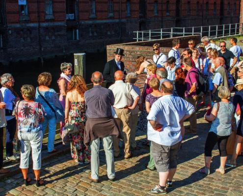 Gewürzkaufmann Jacob Lange mit Besuchergruppe