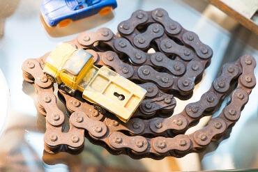 Spicy's Kuriositäten - Fahrradkette und Spielzeugauto